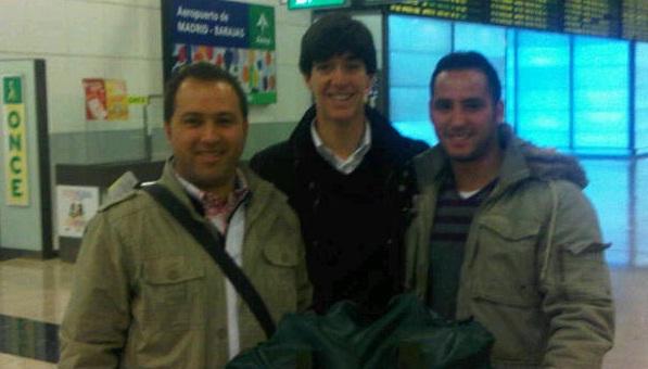 Esaú Fernández, en el centro, en el aeropuerto de Barajas de Madrid a punto de volar hacia Venezuela.