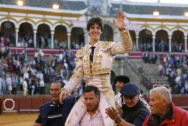 Esaú Fernández sale a hombros en la Maestranza tras cortar dos orejas en su alternativa en la Feria de Abril de 2011. (FOTO: Arjona/Toromedia)