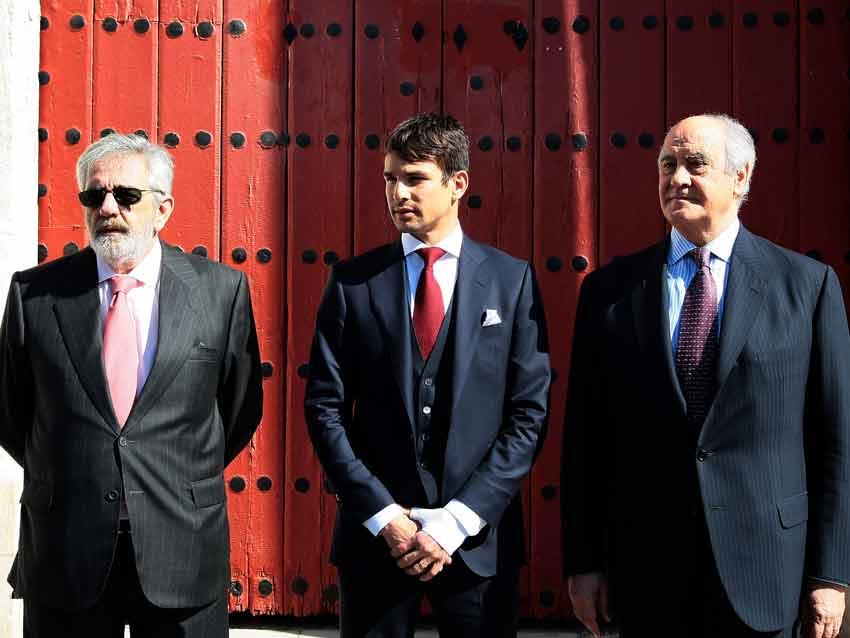 Los empresarios y Manzanares ante la Puerta del Príncipe.
