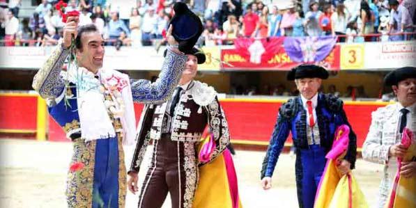 El Cid pasea el triunfo en la plaza de Medellín. (FOTO: Julián Velasco/mundotoro.com)