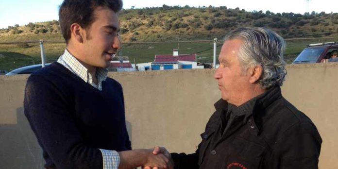 Emilio Molina y Lebrija sellan el acuerdo de apoderamiento.