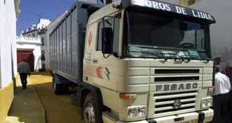 Varios camiones con torois han tenido que llegar a la Maestranza para completar corrida.