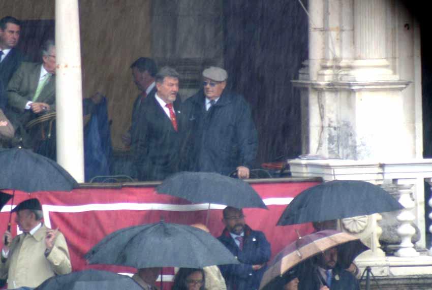 El presidente Fernández Rey observa desde el palco la lluvia antes del comienzo.