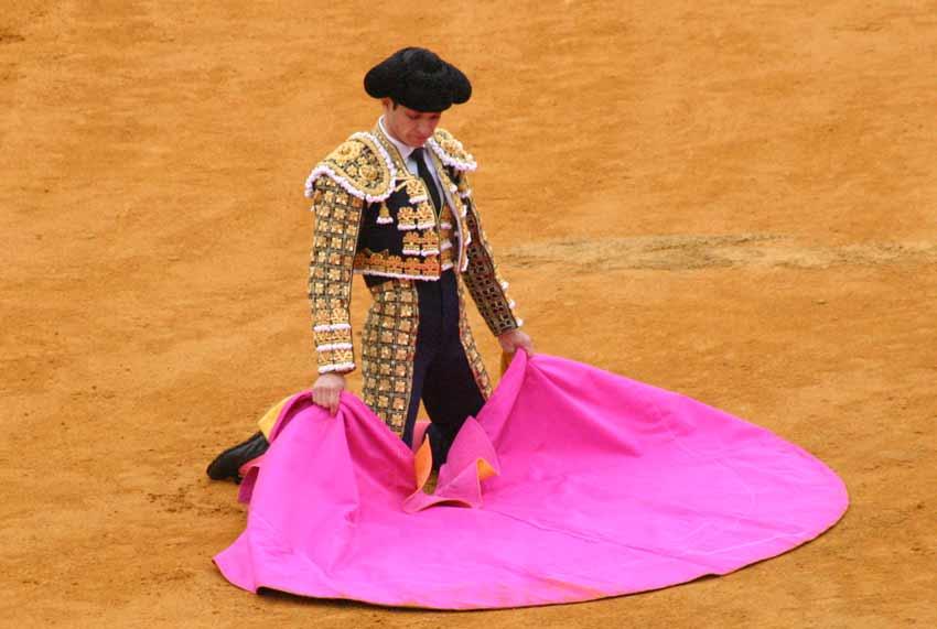El Juli, de rodillas fente al portón de toriles para recibir a portagayola.