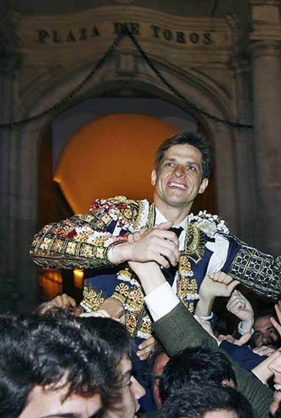 El Juli saliendo a hombros esta tarde por la Puerta del Príncipe. (FOTO: Arjona/lamaestranza.es)