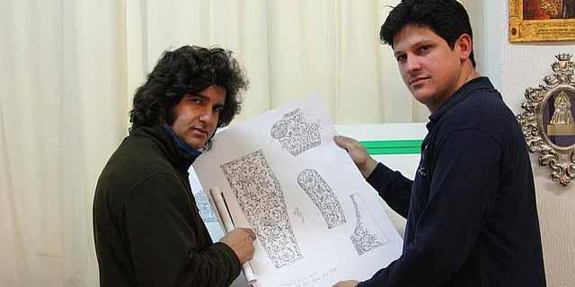 Morante y Fenando Aguado con los patrones del vestido.