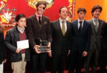 Juan José Padilla, junto a los alumnos de Aula Taurina premiados. (FOTO: Javier Martínez)