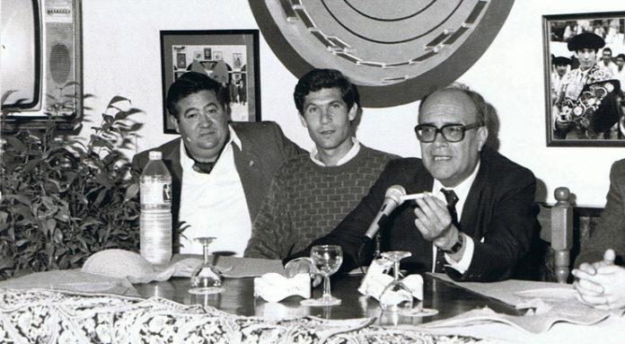 A la izquierda, El Pelusa, en la época que era presidente de la Peña Curro Durán de Utrera, junto al propio Curro Durán y el periodista Filiberto Mira.