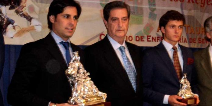 Rivera Ordóñez, el presidente del Colegio de Enfermería de Sevilla y el novillero Lama de Góngora. (FOTO: Javier Martínez)