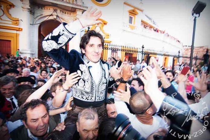 Ventura sale por la Puerta del Príncipe tras cortar hoy cuatro orejas. (FOTO: lopezmatito.com)