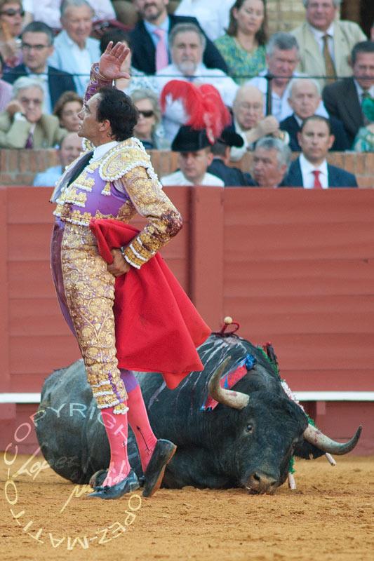El Cid, tras una estocada hoy a un toro de Victorino Martín. (FOTO: lopezmatito.com)