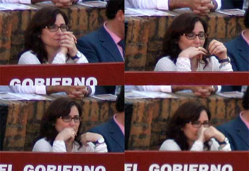 La alcaldesa de Gerena, muy nerviosa a la espera de la salida del toro.