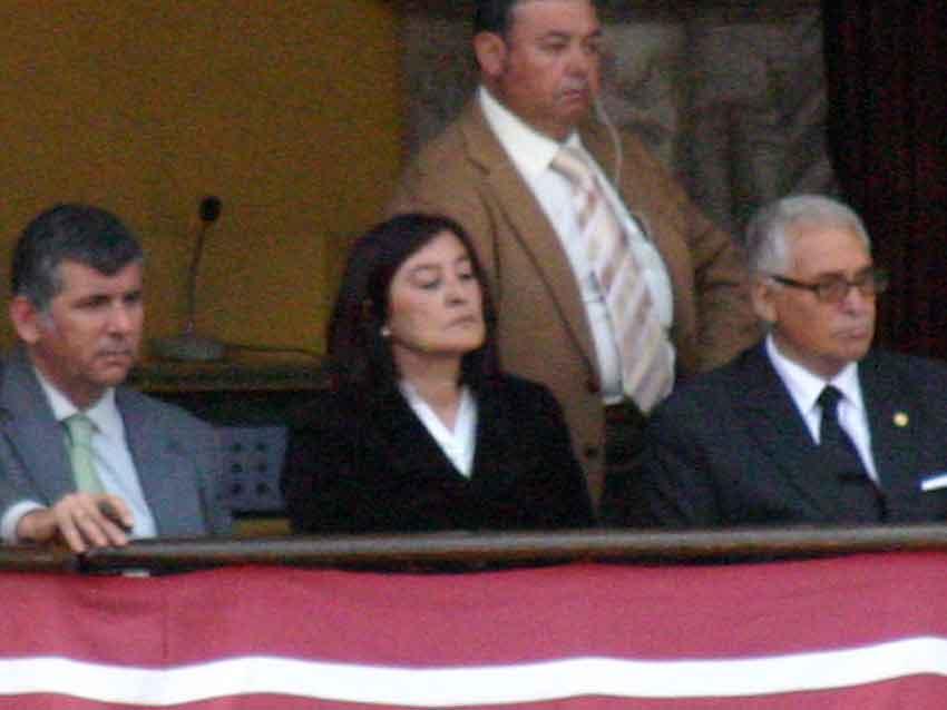 La presidenta Anabel Moreno, muy seria, durante el festejo de esta tarde en la Maestranza. (FOTO: Javier Martínez)