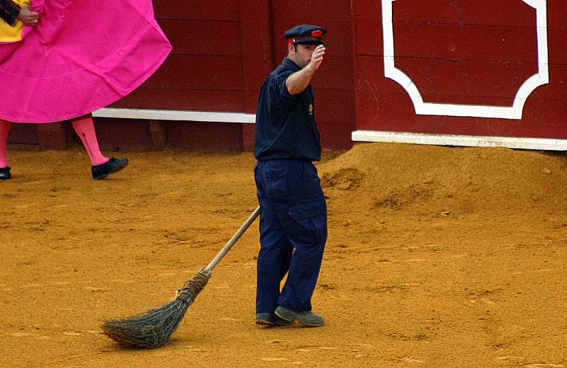 El arenero 'Mesita' avisa al torilero que está el ruedo listo y despejado.
