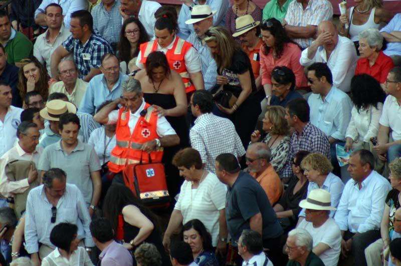 Los espectadores del tendido 11 tienen que levantarse para que las asistencias evacúen a una persona ante la falta de escaleras.
