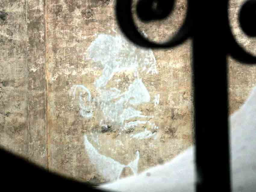 En una azotea anexa a la Maestranza, un gran mosaico de Belmonte.