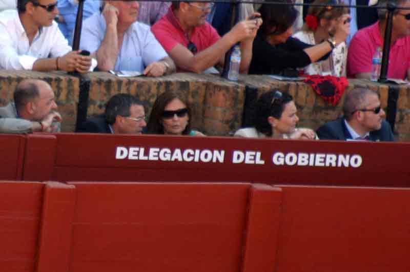 Otro que se ha escaqueado hoy: el delegado de la Junta, Javier Fernández,... y su inseparable asesor.