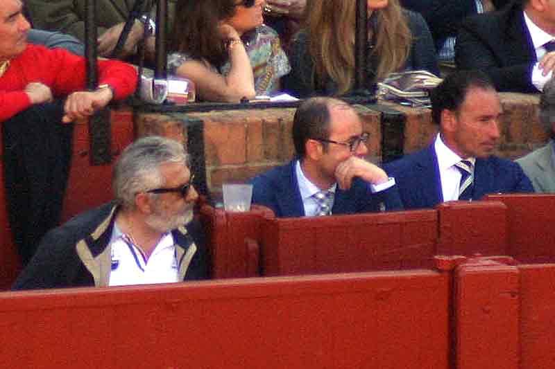 Eduardo Canorea, junto al burladero, y el diestro Pepín Liria.