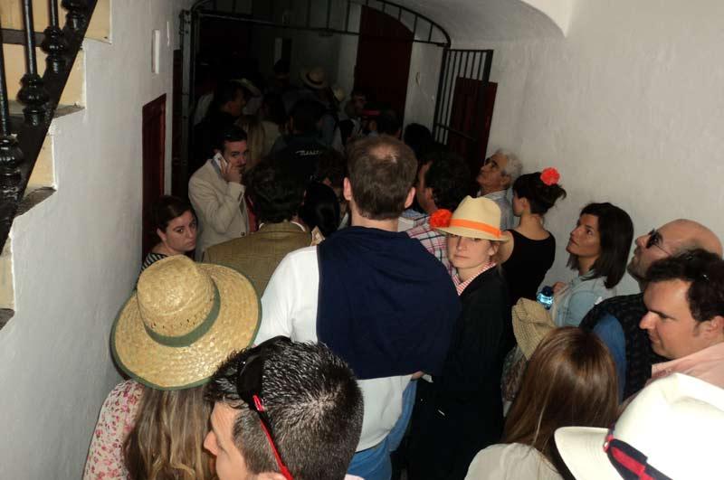 Aspecto que presentaba el largo pasillo de acceso al tendido 12 a tres minutos de comenzar el festejo: colapso total.