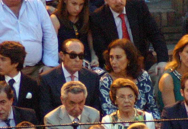 Curro Romero y su mujer Carmen Tello ocuparon una tercera fila de barrera.