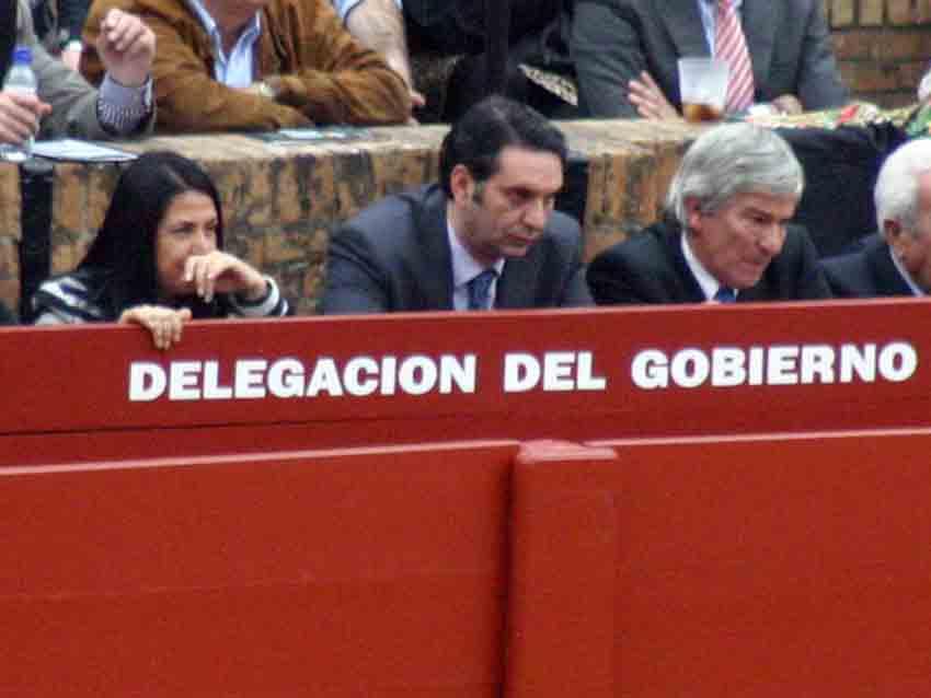 El delegado de la Junta, Javier Fernández, parece que le ha cogido gustito a eso de ir gratis a los toros.