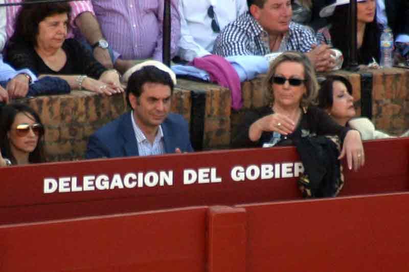El delegado de la Junta Javier Fernández, rodeado hoy de mujeres.