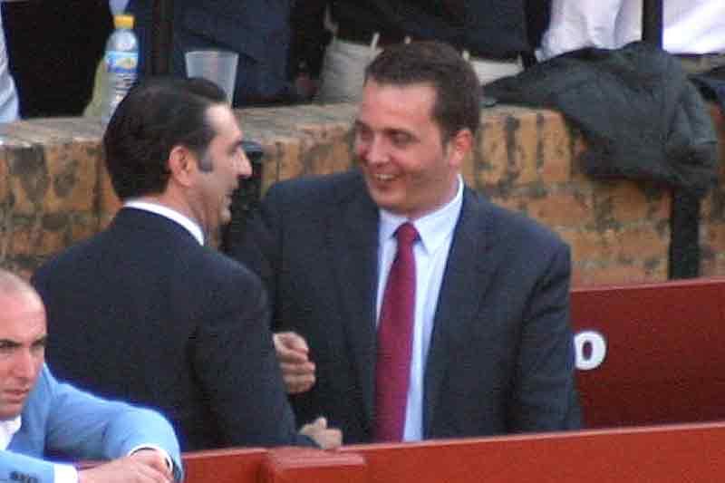 El delegado de la Junta, Javier Fernández, y su asesor personal, con burladero esclusivo, parece que lo pasan mucho mejor.