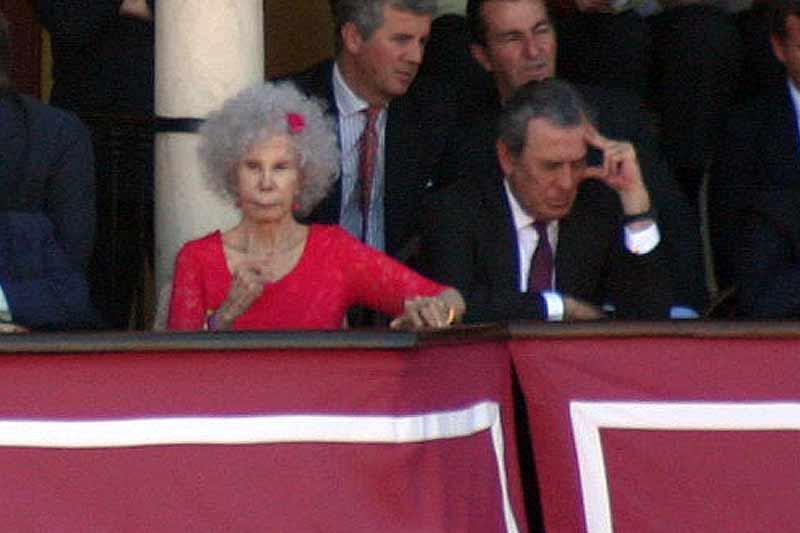 La duquesa de Alba y el teniente de hermano mayor de la Real Maestranza.