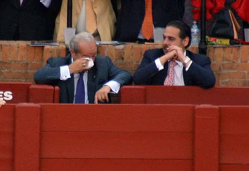 Emilio Moreno, apoderado de Nazaré, no puede reprimir las lágrimas por el triunfo ante la mirada de su hijo.