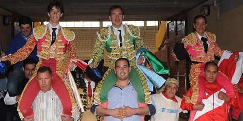 Esaú Fernández, a la izquierda, saliendo a hombros esta tarde en Moralzarzal. (FOTO: mundotoro.com)