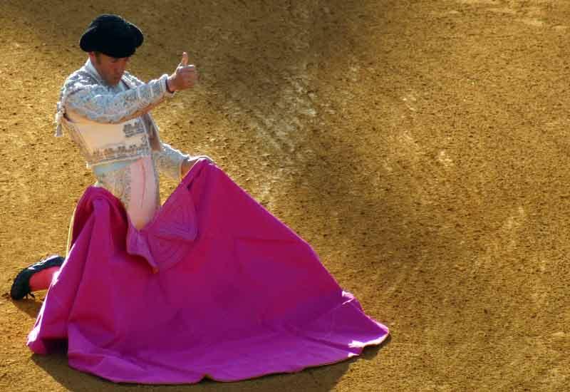 Escribano le da la señal de 'ok' al torilero para que abra el portón de toriles.