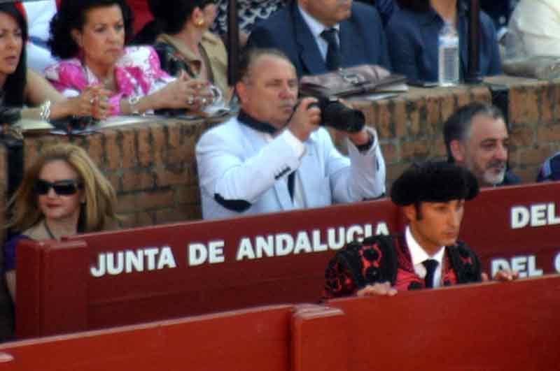 Un elegante fotógrafo espontáneo en el burladero de la Junta de Andalucía.