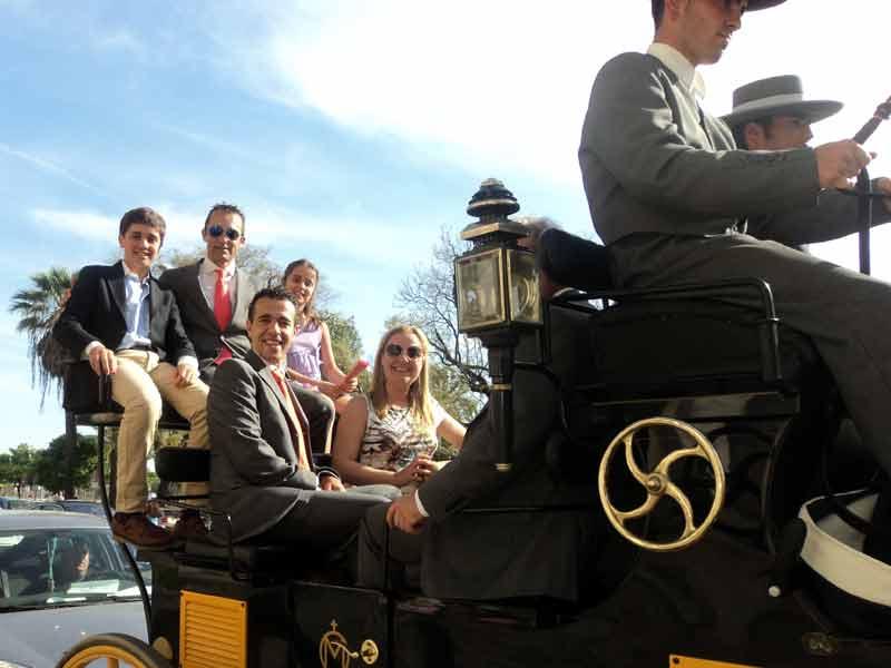 Los toreros Joselu de la Macarena y Victor Puerto llegaron desde el Real de Feria en carruaje.