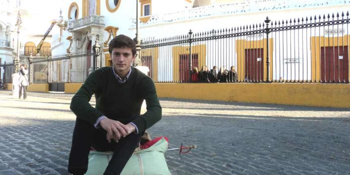 El novillero sevillano Lama de Góngora, con un hatillo en la Maestranza. (FOTO: Javier Martínez)