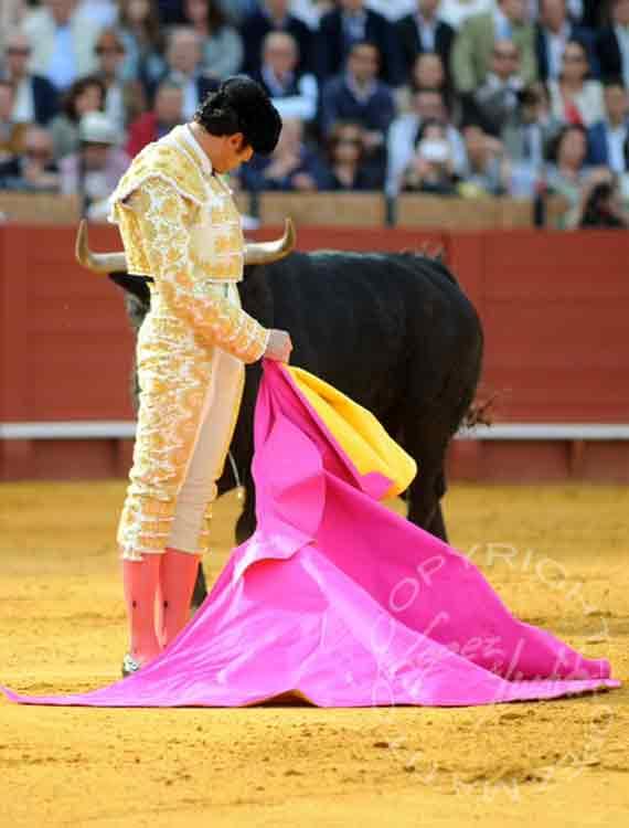 Desplante de López Simón al excelente tercer toro de Fuente Ymbro. (FOTO: lopezmatito.com)