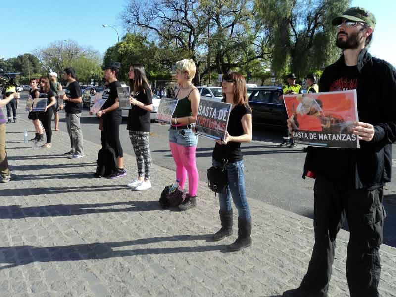 Otro abuso que permite la Junta: siete 'antis' se planten en la Puerta del Príncipe y gritando