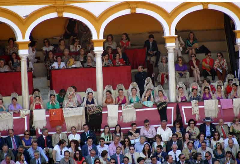 Más mantillas hoy en las balconadas de la Maestranza. Una imagen que recuerda otras épocas.