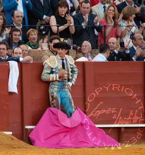 Manzanares, exhausto, se apoya en las tablas mientras el sensible público le ovaciona para animarle antes del último toro. (FOTO: lopezmatito.com)
