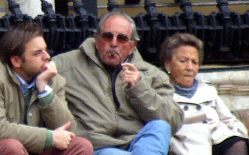 El ganadero Eduardo Miura disfruta de un buen puro tra su éxito en Feria.