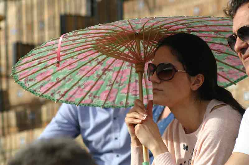 Como protegerse del sol con estilo glamouroso.