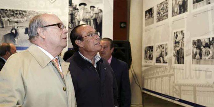 El autor del artículo, el periodista Luis Carlos Peris, visitando la exposición junto a Curro Romero. (FOTO: Toromedia)