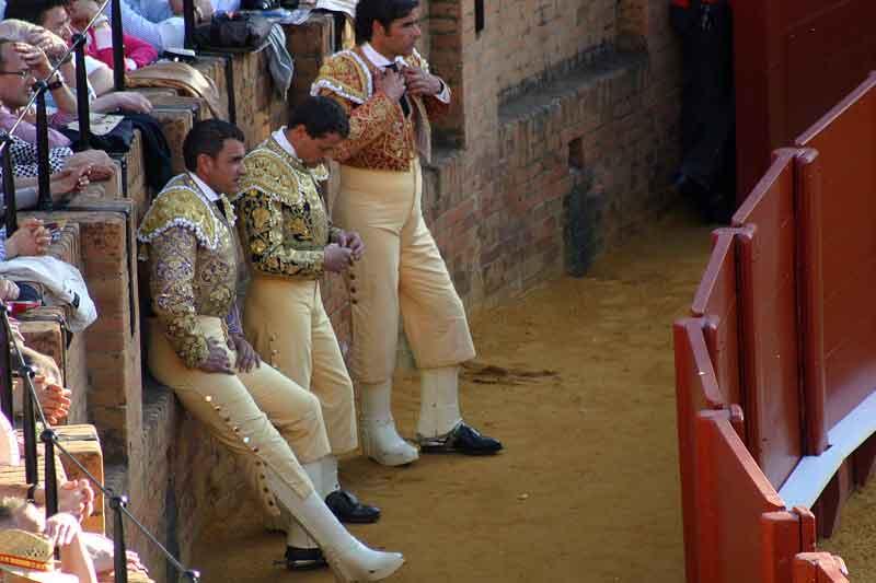 Los picadores aguardando en el callejón su turno de actuación.