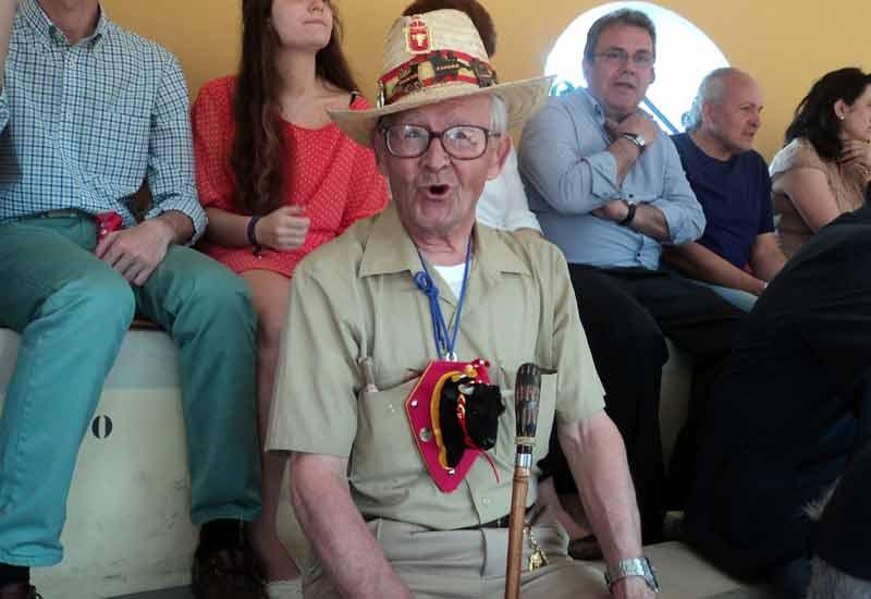 Un veterano aficionado a los toros con una indumentaria muy peculiar.