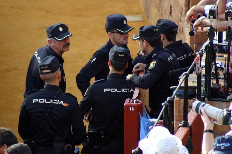 Los miembros de la Policía, en el callejón, obervan la tensa situación y dialogan sobre medidas a tomar.