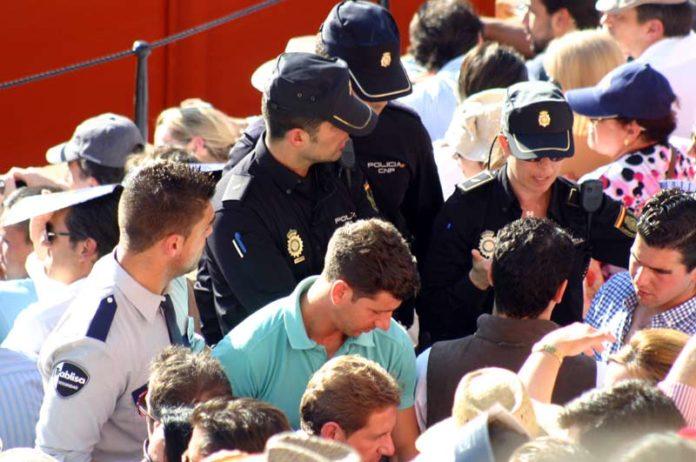 Un grupo de policías suben a la bocana del tendido 12 ante el descontrol de la masa que tenía que acceder, con sólo dos vigilantes de seguridad desbordados. (FOTO: Javier Martínez)