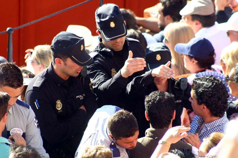 Ante la grave situación creada, la Policía decide intervenir y ocupa posiciones en las bocanas de acceso del tendido.