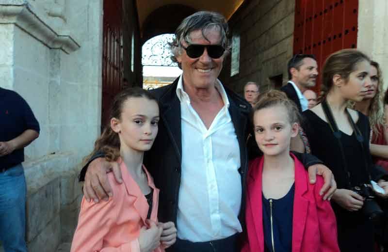 El empresario Simón Casas con sus dos hijas.