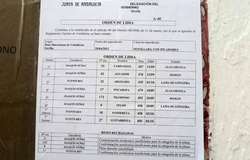 La hoja 'informativa' de la Junta de Andalucía pegada en el exterior de la plaza donde se indican los cuatro novillos rechazados en el reconocimiento. (FOTO: Javier Martínez)