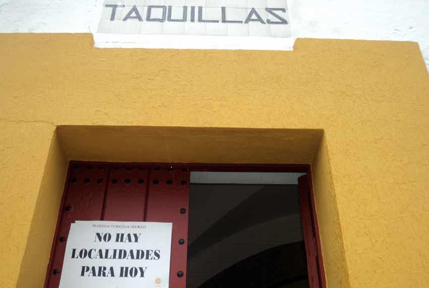 Segunda vez y última que se coloca el 'No hay billetes' en la Feria de Abril.