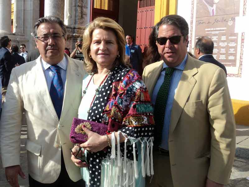 El alcalde de Sevilla, Juan Ignacio Zoido, junto a su señora y el concejal de Fiestas, Gregorio Serrano.